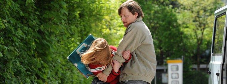 3096 TAGE. Wolfgang Priklopil (Thure Lindhardt) lauert Natascha Kampusch (Amelia Pidgeon) auf dem Schulweg auf